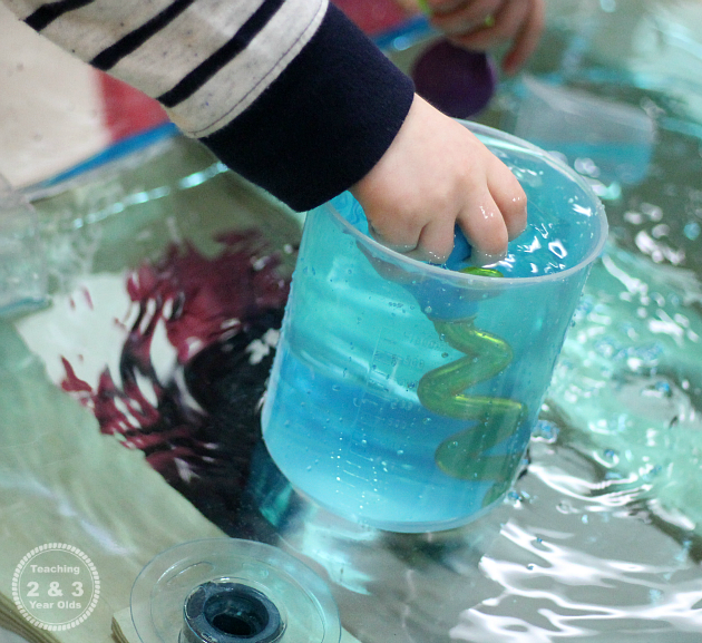 The Easiest Toddler Water Activity that Strengthens Fine Motor Skills