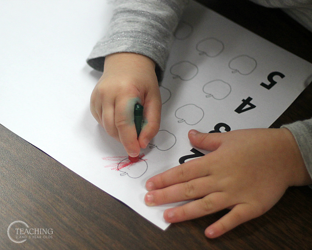 preschool-counting-activity-with-apples-7