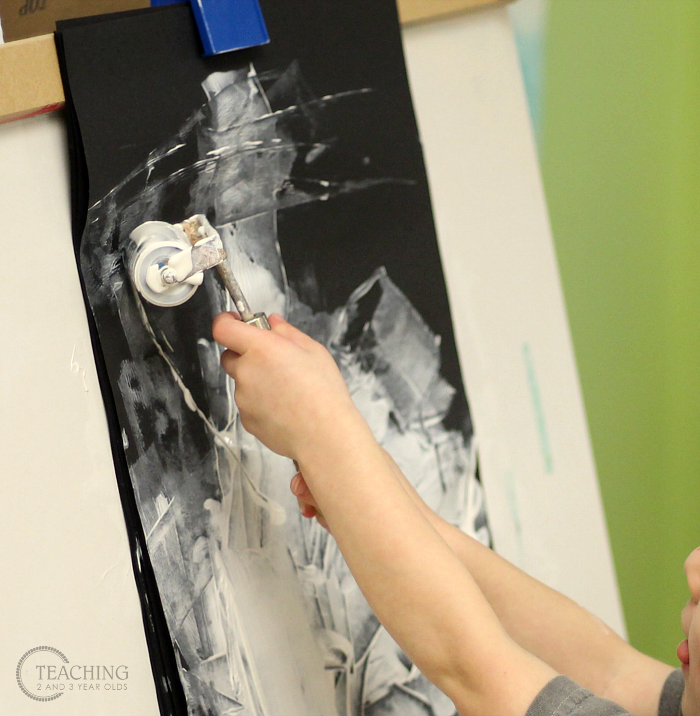 How to Build Toddler Fine Motor Skills by Using Brayers at the Easel