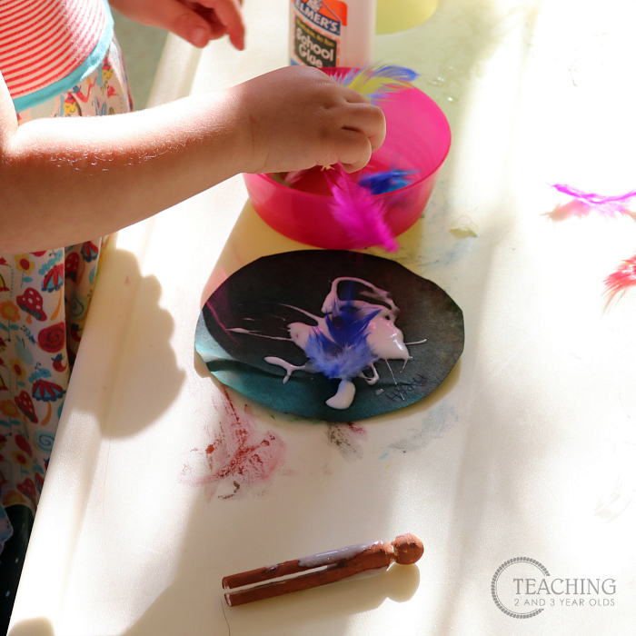 This toddler turkey craft can be adapted for younger and older toddlers, and even preschoolers. A fun way to work fine motor skills during the Thanksgiving theme.